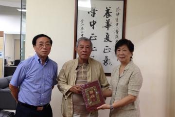 中正學院蔡崇泰校友畢業六十年 返母校探訪並捐贈多年藏書